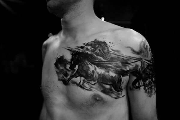 göğüste at arabası dövme
