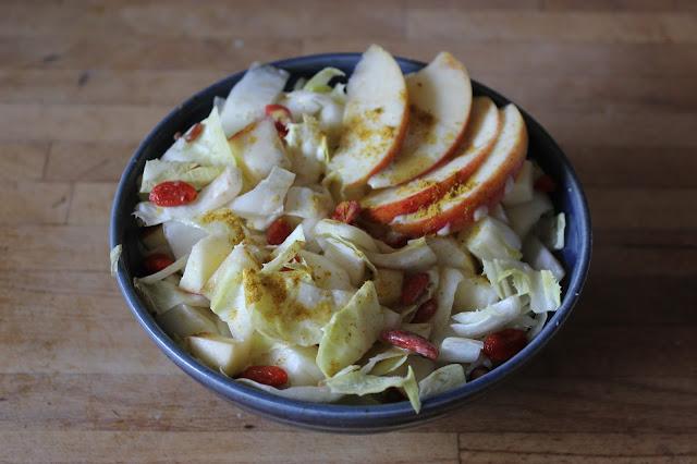 Cuillère et saladier : salade d'endives
