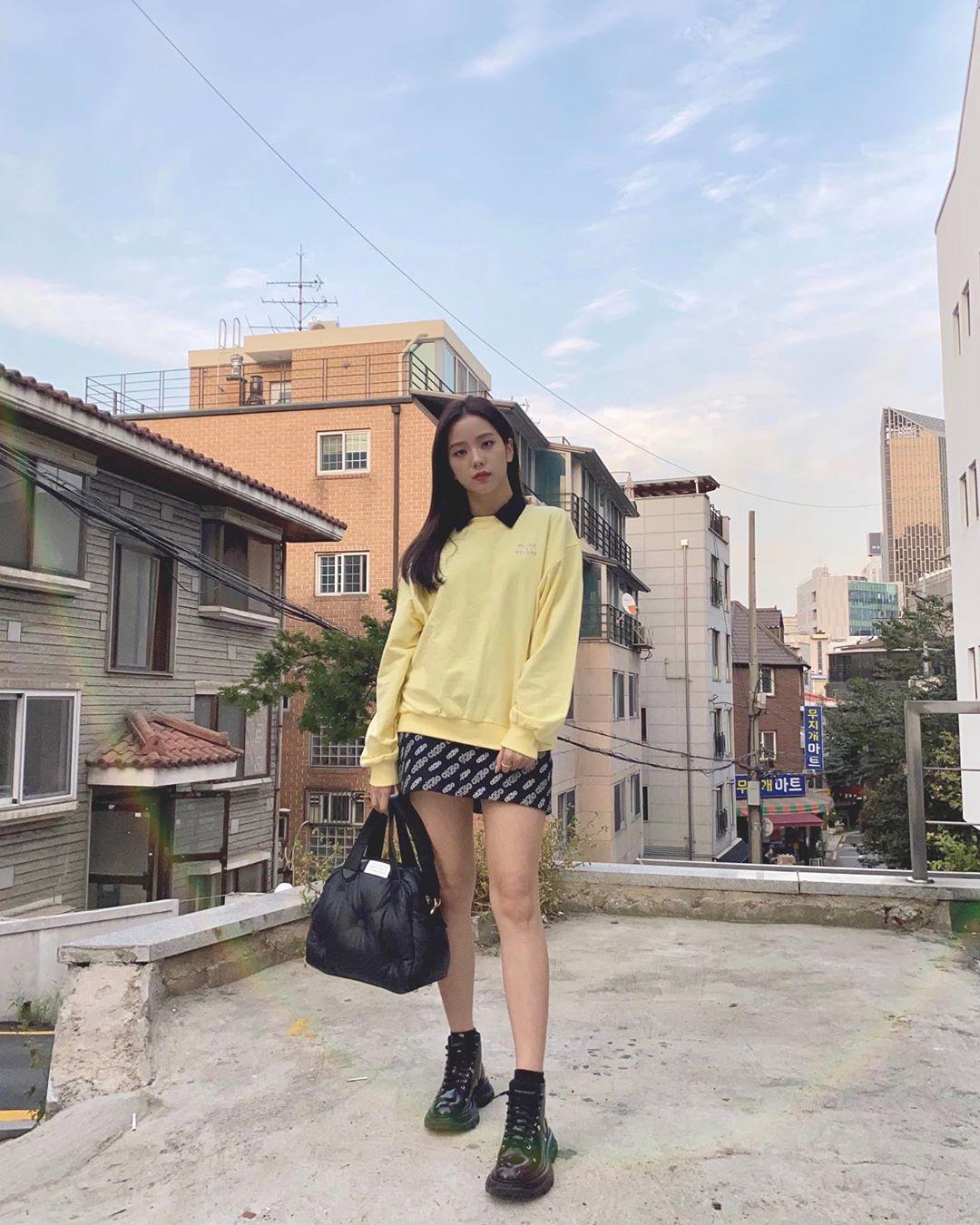 Estilo coreano feminino com moletom e saia