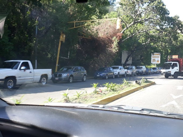 Largas colas en las gasolineras de Caracas tras rumor de suspensión del servicio este 16-N