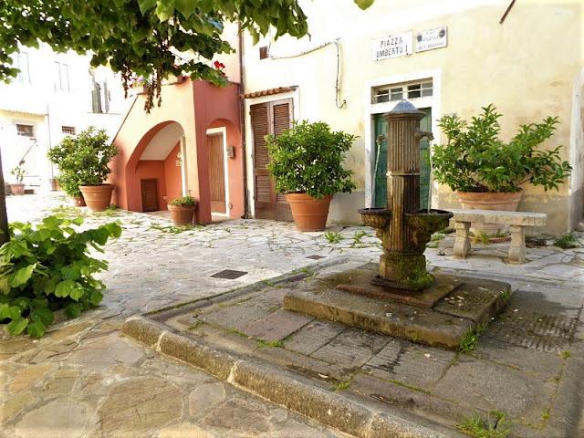 Piazzetta con fontana a Poggio