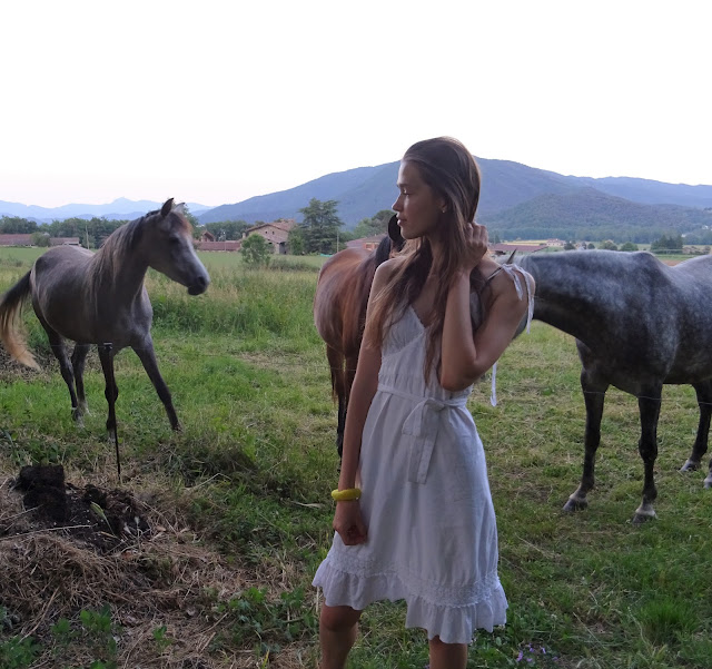 Katalonia, sesja, wieś, konie, biała sukienka, góry, Hiszpania
