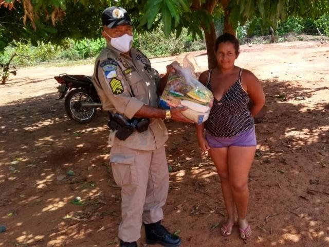 Policial militar do 9º Batalhão da PM realiza entrega de cestas básicas à famílias de baixa renda em Maurilândia