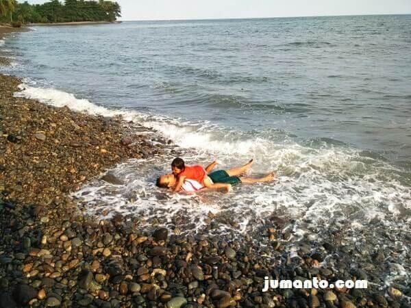 ombak pantai terbaya menghantam kami