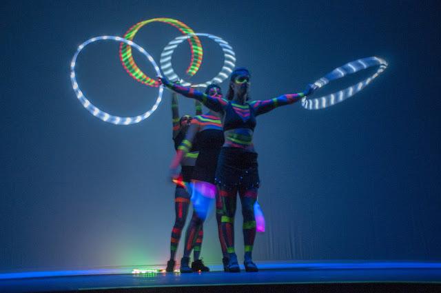 Performance luminica fluor para evento empresarial Part Club em São Paulo.