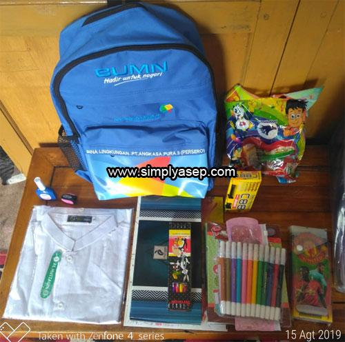 BINGKISAN : Inilah merchandise atau bingkisan yang diterima para peserta Khitanan Massal Angkasa Pura II Bandara Supadio Kalbar kemarin (15/8) yang bisa dibawa pulang.  Foto Asep Haryono