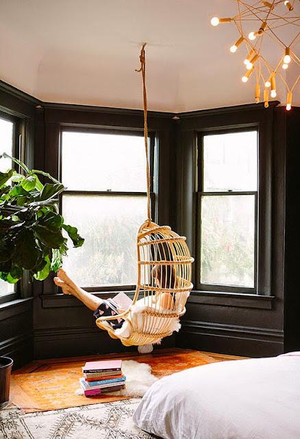 fauteuil suspendu rotin chambre murs noirs lecture