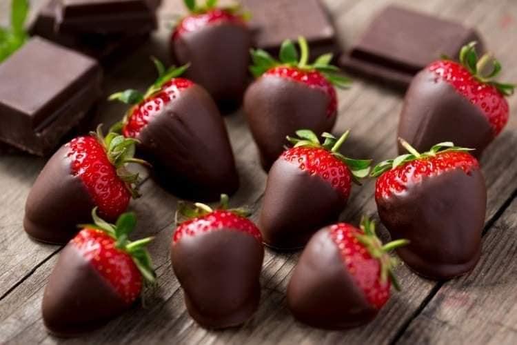 فراولة مغطاة بالشوكولاتة