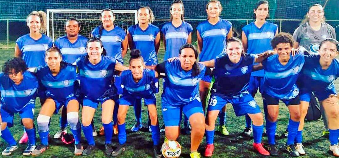 Atletas do Dom Bosco de futebol feminino posam para foto