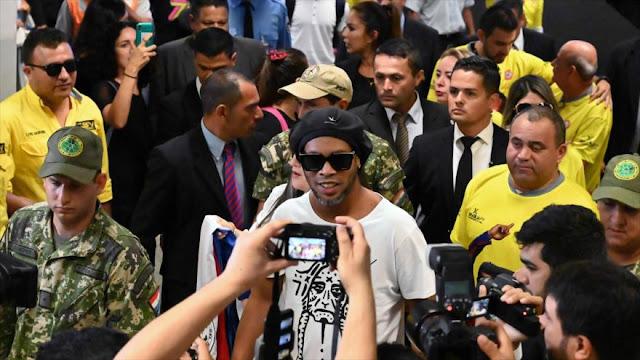 Retienen a Ronaldinho en Paraguay por uso de pasaporte falso