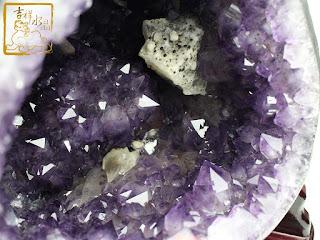紫水晶洞共生方解石