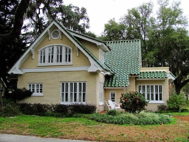 exterior paint colors for house with green roof