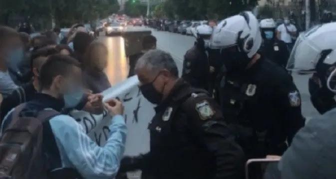 Αστυνομικός έπιασε από τον λαιμό δημοσιογράφο στο Αριστοτέλειο και ο αξιωματικός του, τον αποκάλεσε «μ@λ@κ@» (vid)