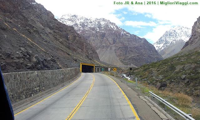 Grandes maciços e a estrada protegida dos desabamentos e avalanches nos Andes