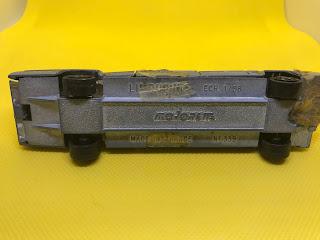 キャデラック リムジン のおんぼろミニカーを底面から撮影