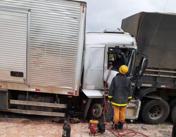 Chapada: Homem fica preso em ferragens de veículo após colisão na BR-242