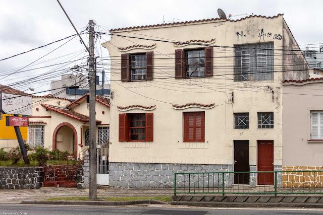 Casa de dois andares com detalhes decorativos localizada na Rua Padre Agostinho