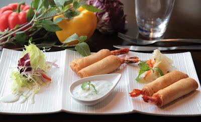 Imagen que muestra una fotografía de comida oriental y vegetales frescos