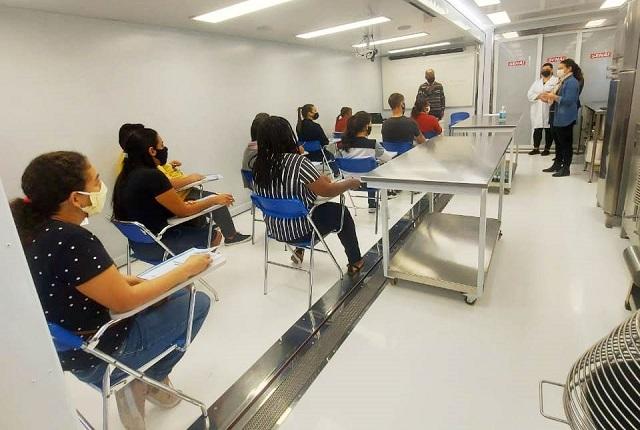Começaram as aulas do curso de produção  de cupcakes e bolos caseiros na escola móvel, na Ilha