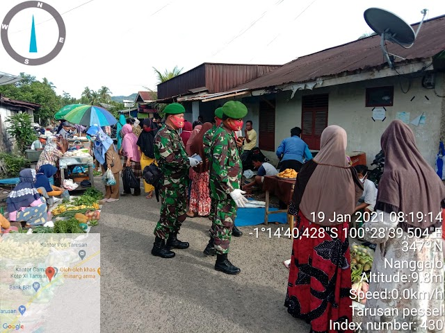 Babinsa Koramil 07/Tarusan,  Menegakkan  Protokol Kesehatan di Pasar Tradisional