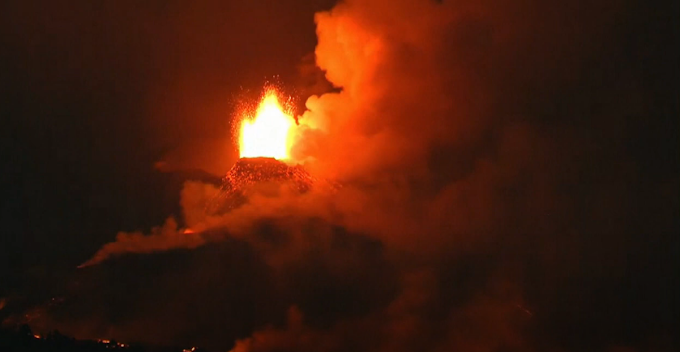 La Palma: le spettacolari immagini del vulcano che continua ad eruttare