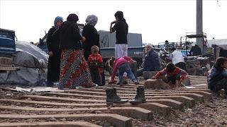 نازحون سوريون يفترشون سكة حديد بانتظار قطار الفرج (فيديو)