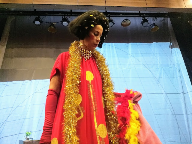 Laura García interpretando 'Calles de Berlín', letra original del compositor colombiano Sebastián Cruz. Foto: La Pluma & La Herida