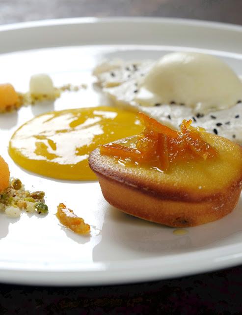 Riesling-Eis auf Baiser, Hefeteig-Küchlein mit Bitterorangen-Marmelade, marinierte Melonenkugeln auf Nuss-Crumble und Mango-Riesling-Creme.