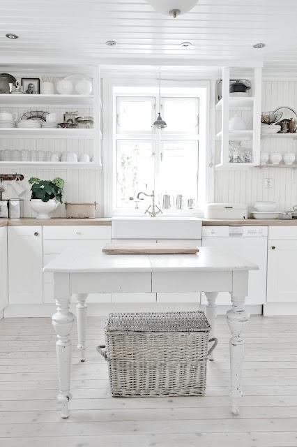 Белая романтика деревенской кухни!