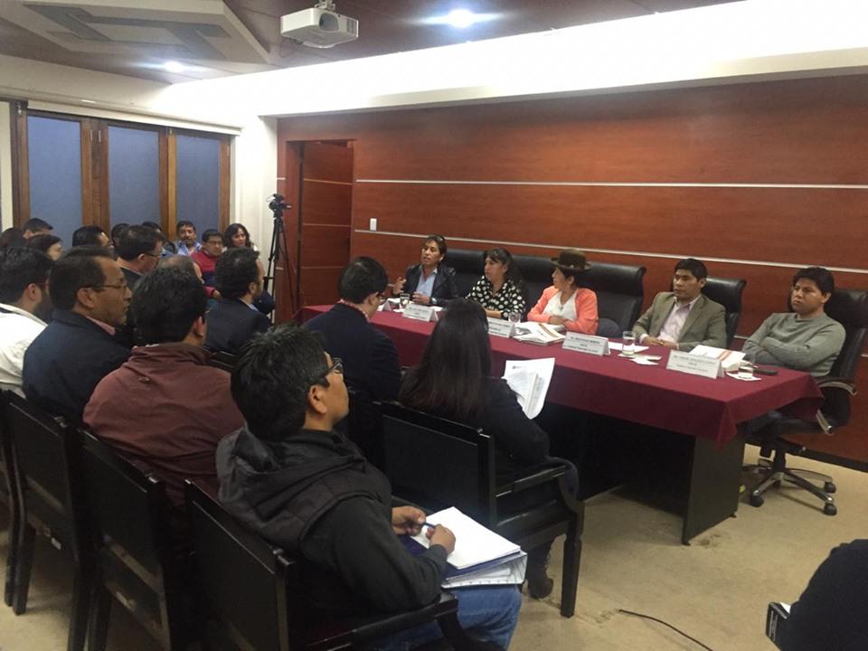 Vocales presentando su informe ante delegados de los partidos y pocos medios de cobertura / TSE