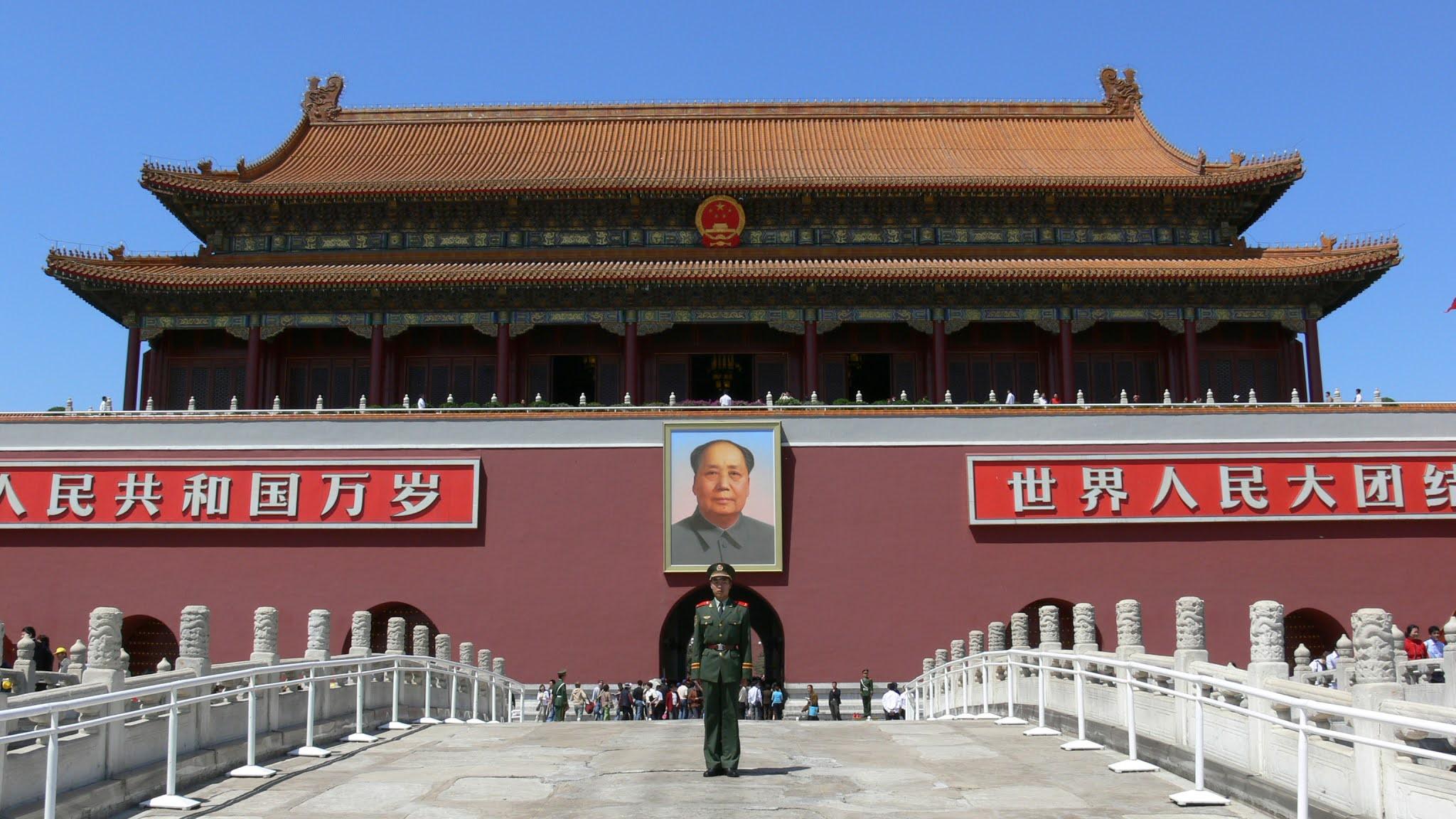 Soldado chinês montando guarda na Praça da Paz celestial em Pequim, tendo do fundo a imagem de Mao Tsé-tung