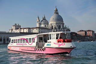 "Venezia: ""Vaporetto Rosa"" in laguna"