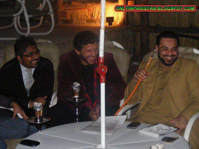 Pakistani politician  amir liaquat picture with friends