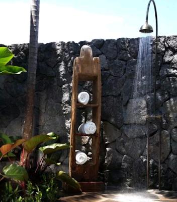 desain kamar mandi dengan konsep bebatuan alam
