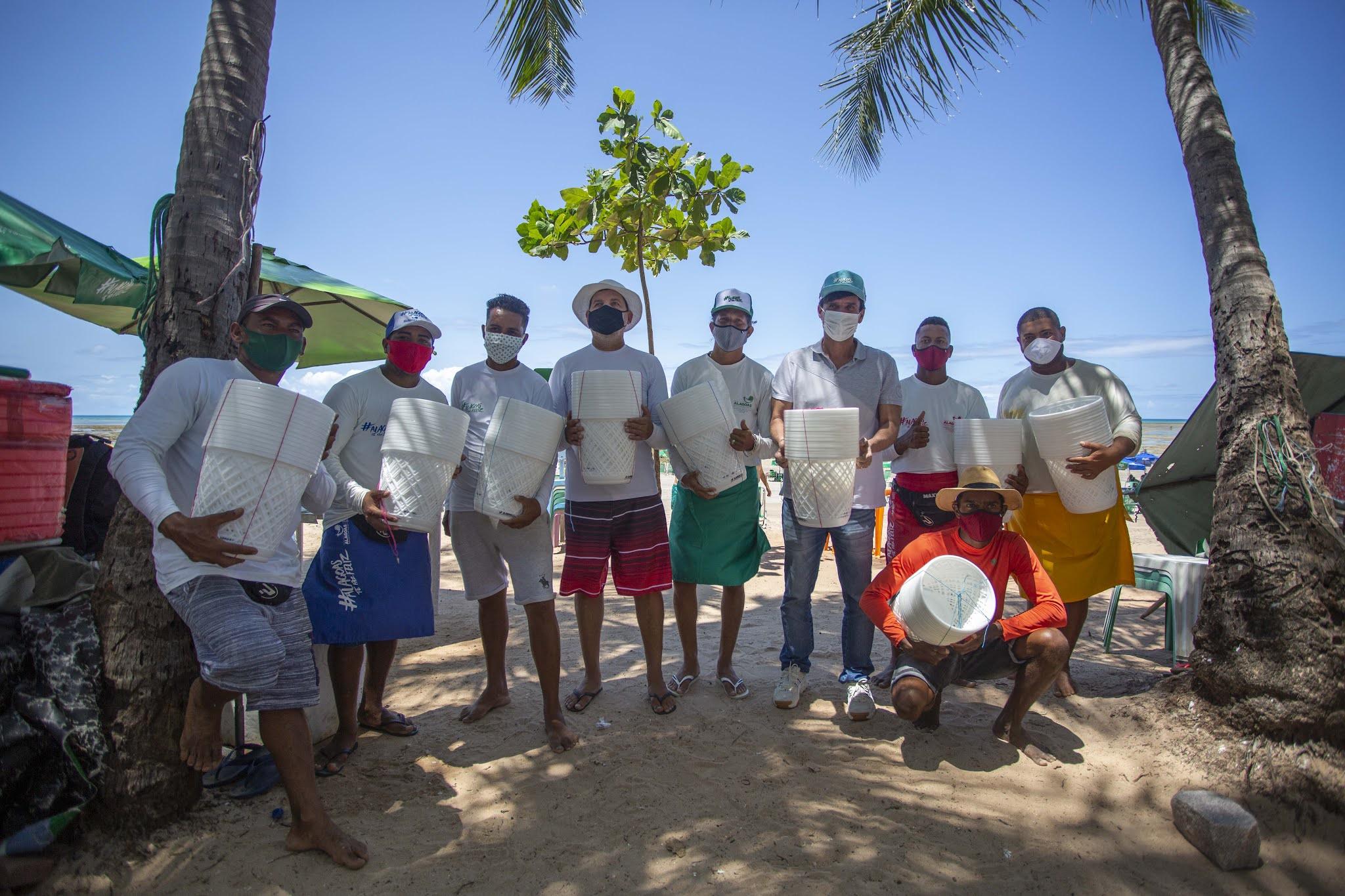 Sedetur-Al entrega lixeiras de praia para ambulantes da Ponta Verde