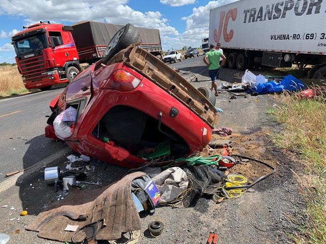 Acidente entre carro e carreta deixa uma pessoa morta na BR-242
