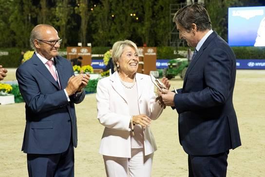 Magda Ferrer-Dalmau, viuda de Joaquín Calvo, junto a Emilio Zegrí y Jordi Joan.