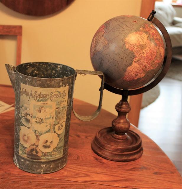 Foto de um jarro e globo galvanizados.