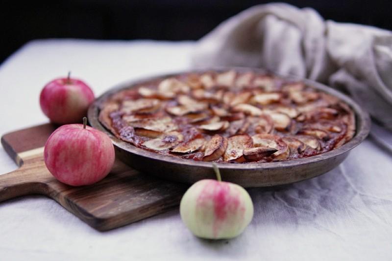 Omenanainen hillopiirakka valmistuu nopeasti