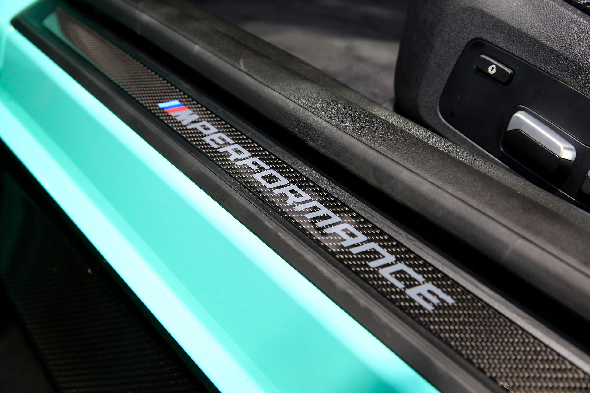 بي إم دبليو BMW M4 Competition شعار الباب الأمامي