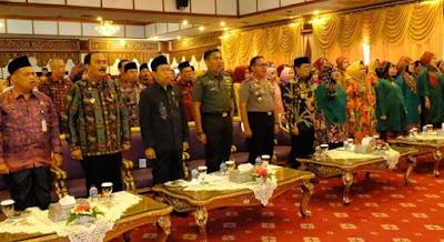 Kapolda Jambi Didampingi Ketua Bhayangkari Hadiri Kegiatan Peringatan Hari Ibu Ke-91 Diruang Auditorium Rumah Dinas Gubernur Jambi