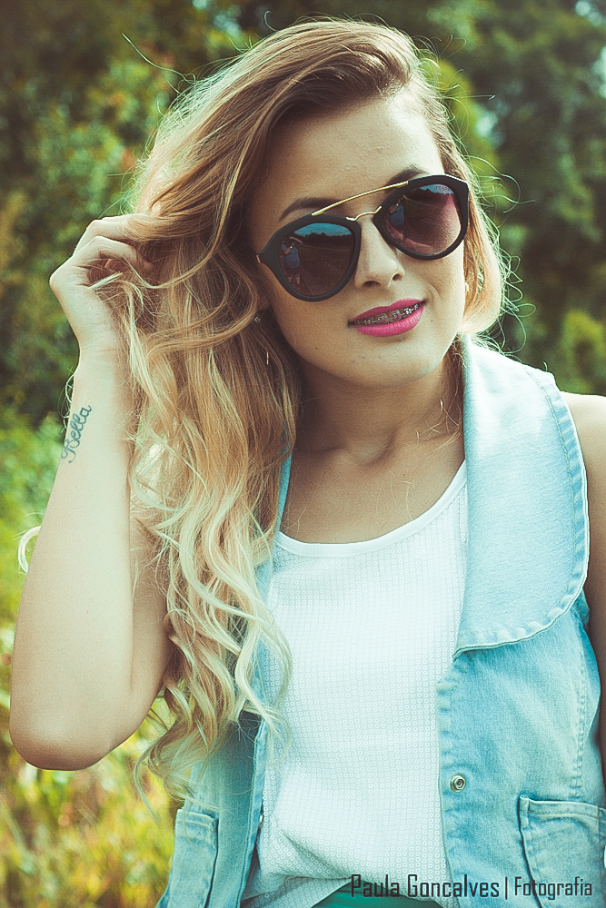 Aline Arruda - look com  colete jeans, saia e tênis - blog Ally Arruda