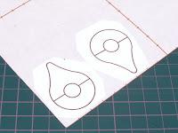 型紙を台紙に貼り付け
