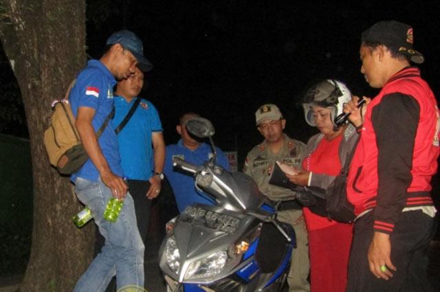 Saking takutnya melihat petugas Satpol PP Banjarbaru datang. Tiga orang remaja yang kedapatan tengah minum-minuman miras oplosan jenis gaduk kabur kocar kacir pada Jumat (8/2/2019) malam. Tepatnya di depan SMAN 2 Banjarbaru.