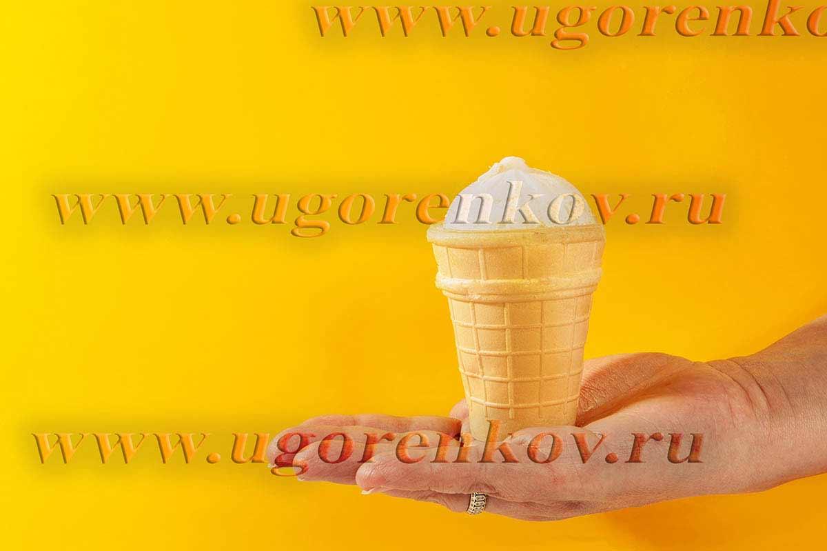 мороженное в вафельном стаканчике на руке