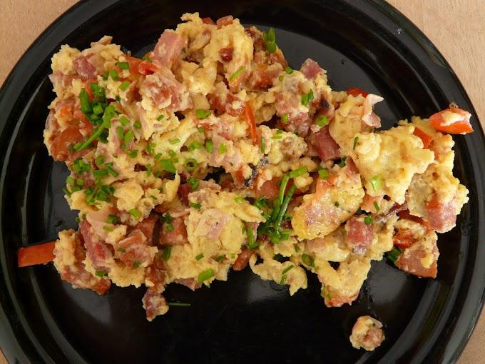Huevos revueltos con jamón y tomate