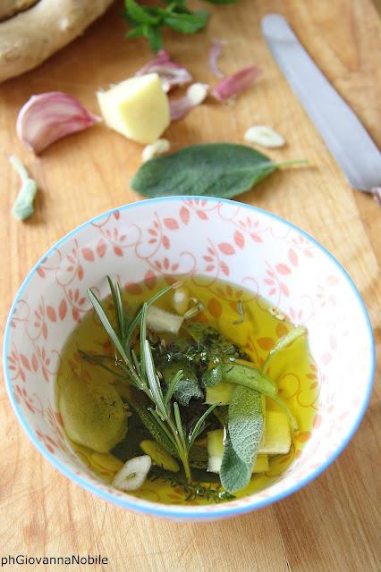 Olio extravergine d'oliva, aromatizzato con zenzero e salvia
