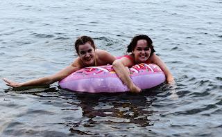 Девушки на озере на спасательном круге