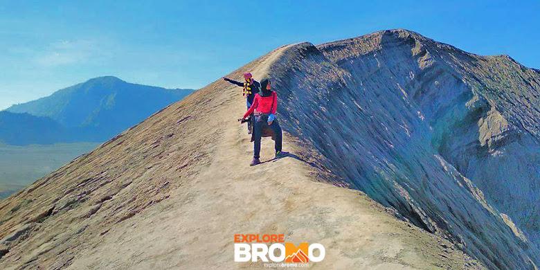 trekking menuju kawah gunung Bromo