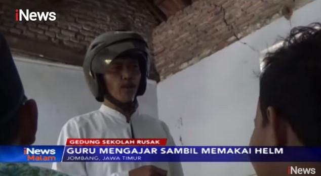 Video Viral Guru Mengajar Pakai Helm Takut Tertimpa Atap Sekolah di Jombang